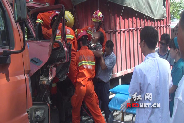 消防官兵援救驾驶员。