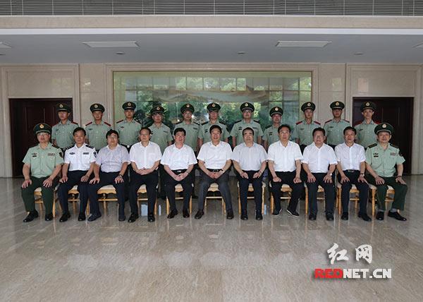 湖南省委书记、省人大常委会主任徐守盛等省领导与长沙市望城区公安消防大队官兵代表合影留念。