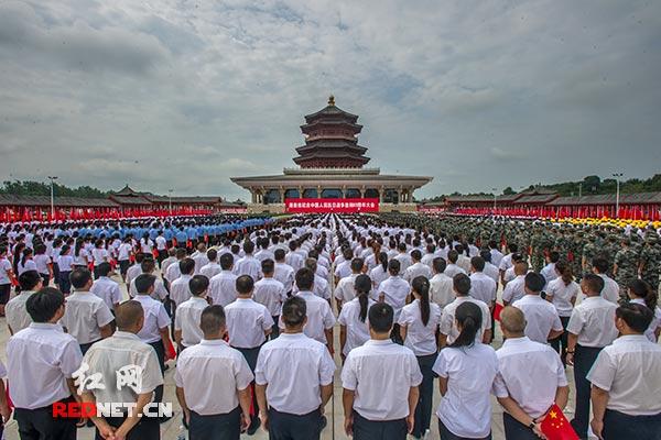 9月3日上午,湖南省纪念中国人民抗日战争胜利69周年大会在芷江侗族自治县和平文化园广场隆重举行。
