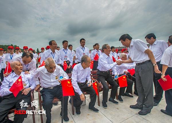 湖南省委书记、省人大常委会主任徐守盛,湖南省委副书记、省长杜家毫问候在大会现场的抗战老兵。