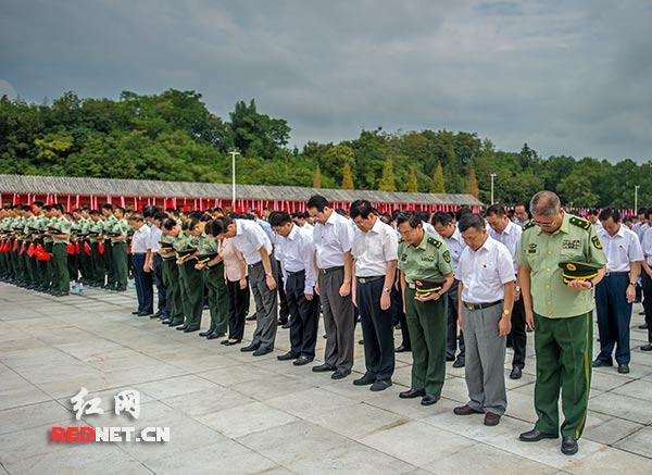 全场为抗战烈士默哀。