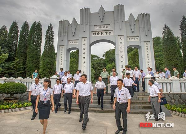 徐守盛、杜家毫等湖南省领导参观芷江受降纪念坊。
