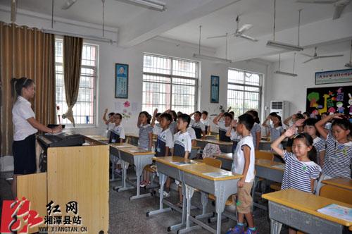 学生们向老师敬礼,祝老师节日快乐.