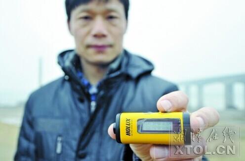 2012年3月开始,环保志愿者开始用GPS对湘江排污口进行定位。 (资料图片 陈旭东 摄)