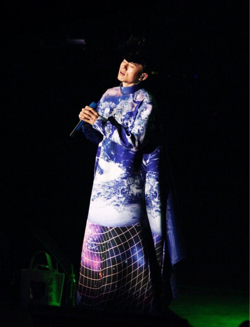 张杰演唱会造型
