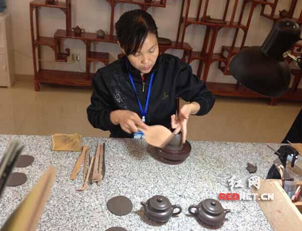 工艺大师正在制作茶壶.