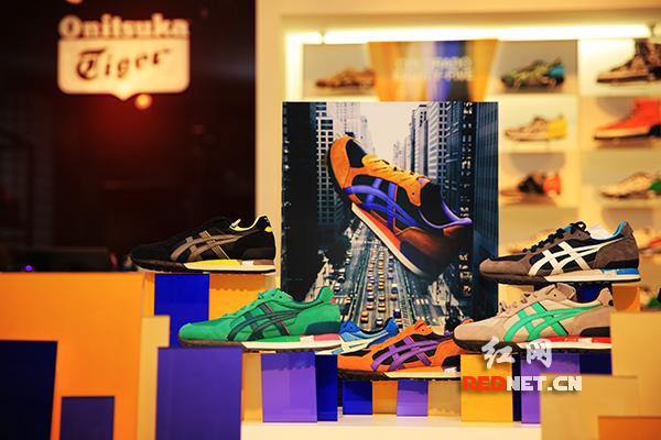 (ONITSUKATIGER主题展长沙站展出2014秋冬新款服饰和鞋子)       (ONITSUKATIGER2014秋冬新款鞋子。)      红网长沙9月25日讯(记者 唐频辉)从今天起到9月27日,潮流时尚品牌ONITSUKA TIGER在乐和城举办为期三天的RIGHT NOW放肆行走主题展。现场展出了ONITSUKA TIGER的众多经典鞋款和2014秋冬新款,极具震撼感的巨型ONITSUKA TIGER鞋盒外观,还有疯狂作、放肆玩、梦旅行的风尚态度。      被李小龙、艾薇儿众