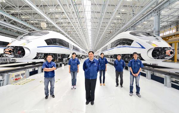 """工程师常振臣(前排中)是""""列车网络控制系统""""研发团队图片"""