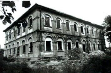 无论何人何时再次走近这栋建筑,面对青砖灰瓦拱形门,壁炉烟囱,欧式的图片