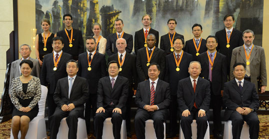 Governor Du Attends the 7th Xiaoxiang Friendship Award Ceremony