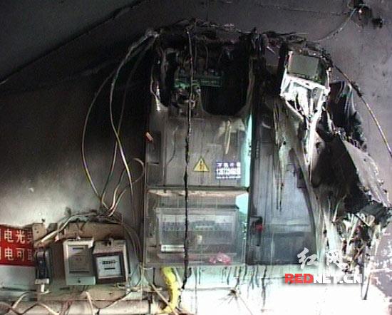 湘乡一小区十户电表被烧 用电负荷过大和乱接线路导致