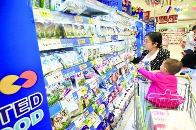 10月28日,长沙市湘江路一超市内,市民在选购进口食品。  记者 田超 摄
