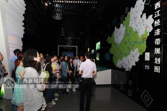 西江行采访团走进广西规划馆 览经济社会发展全貌