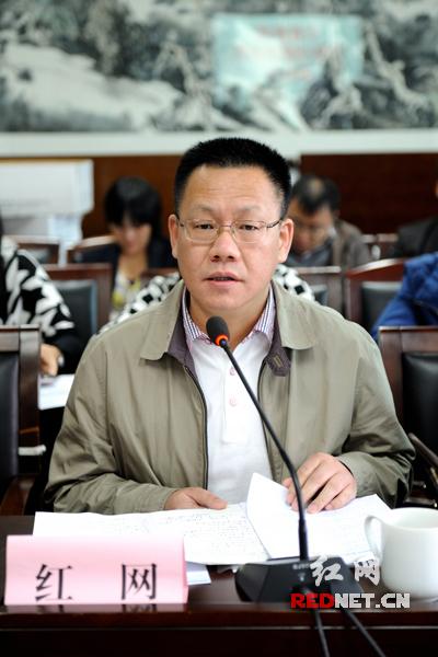 中南传媒董事、红网党委书记、董事长舒斌向与会代表介绍十八届四中全会现场盛况和学习体会。