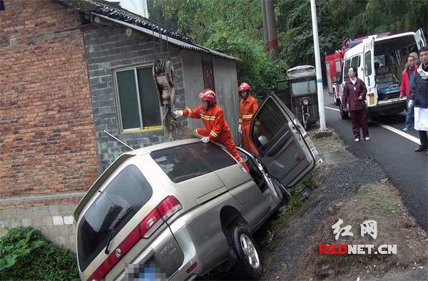 消防官兵利用吊车将事故车辆吊至空阔处进行救援