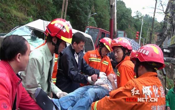 消防官兵成功救出被困者并抬上救护车