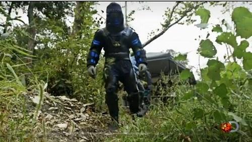 """自然学家穿防护服表演""""蛇吞人""""500人联名反对"""