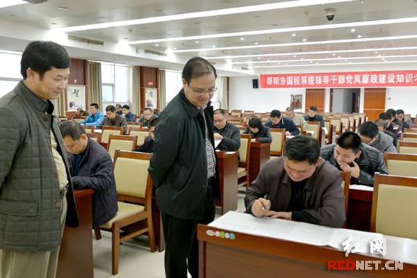 邵阳市国税局局长李石道(右一)、副局长卿育龙(右二)现场巡考。