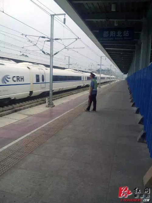11月18日高速列车急速通过邵阳北站