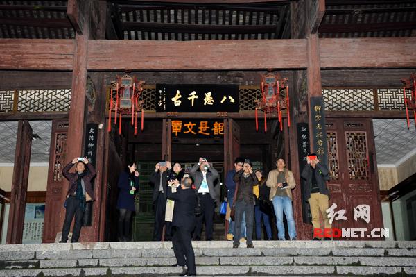 采访团成员站在第二进台阶上拍摄。