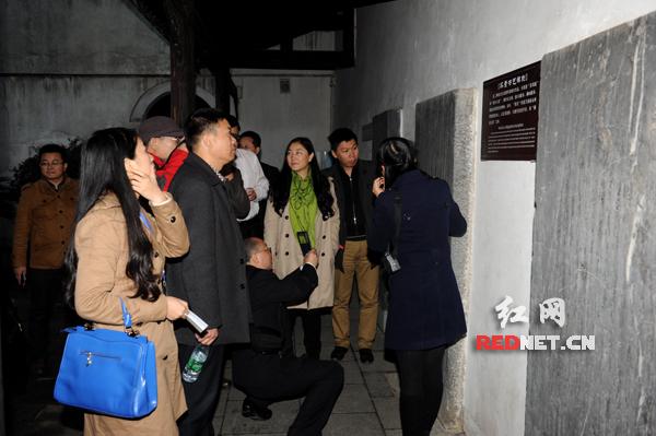 碑廊吸引了不少人目光。