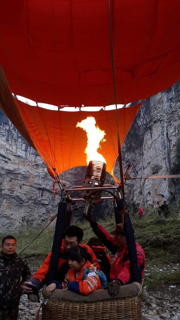 大咖队员和山区孩子挑战热气球