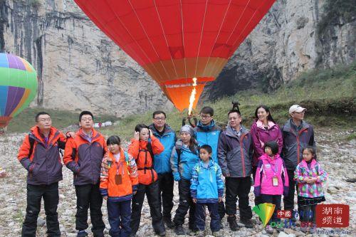 大咖小娃热气球体验合影。中国青年网记者 信鹏 摄