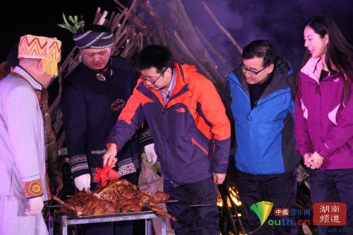 大咖作为嘉宾切烤全羊。中国青年网记者 信鹏 摄