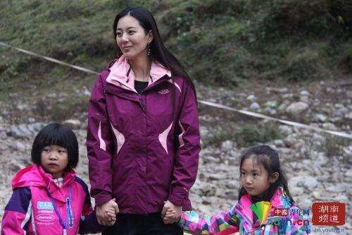 艾尚真深得小孩喜爱。中国青年网记者 信鹏 摄