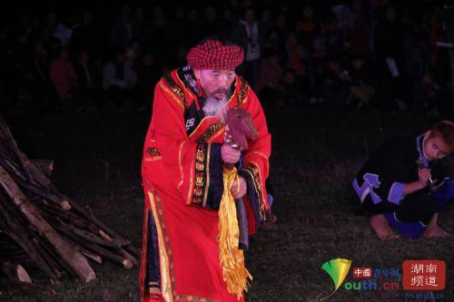 土家族祭祀舞蹈。中国青年网记者 信鹏 摄
