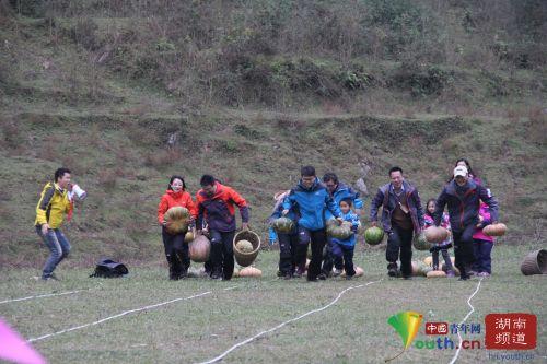 趣味搬南瓜比赛大咖小娃争先恐后。中国青年网记者 信鹏 摄