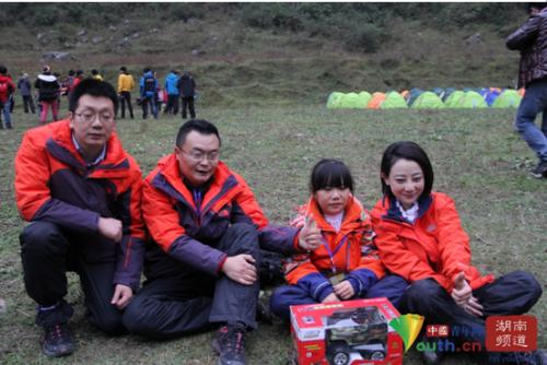 趣味搬南瓜比赛后橙队队员集体合影,从左到右分别是徐侠客、石述思、李宇琼、袁小靓。                            中国青年网记者 信鹏 摄