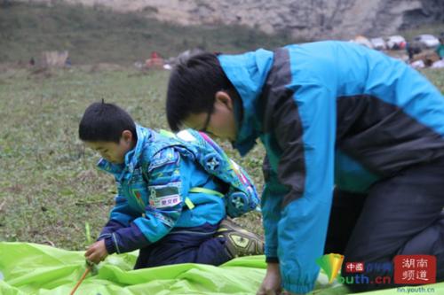 樊文胜和队友在搭户外帐篷。 中国青年网记者 信鹏 摄