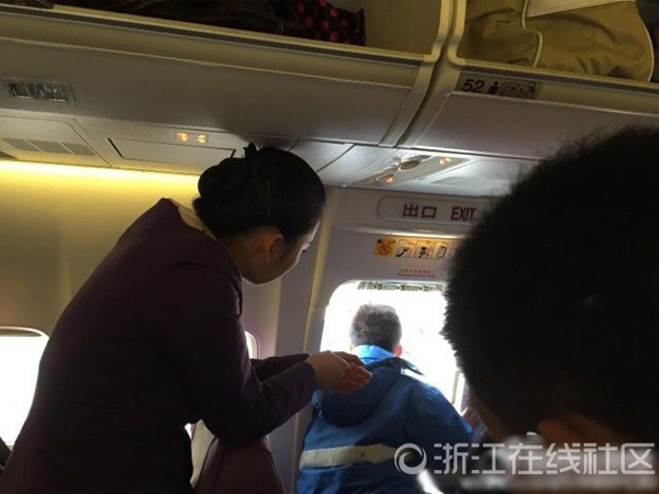 因为经常坐飞机,@最佳男朋友心里清楚,应急舱门是在紧急情况下