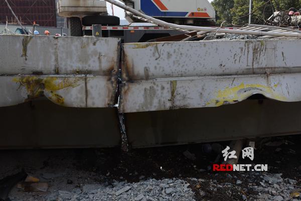 图中黄色印记部分为昨晚大型火车撞击天桥的部位。