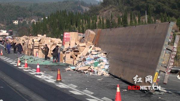 20吨货物散落高速。
