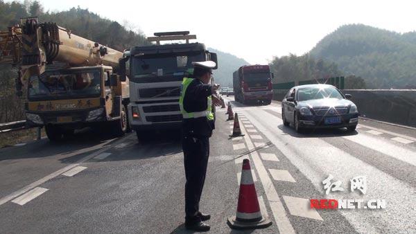 民警在现场疏导交通。