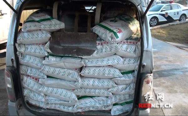 面包车违法改装 载2吨大米压扁轮胎(图)