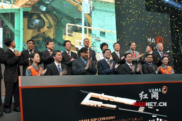 6月15日,杜家毫(前排中)深入企业,华菱安赛乐米塔尔汽车板有限公司(VAMA)汽车板项目当日正式投产。