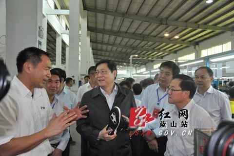 5月12日,杜家毫(前排中)得知湘威运动用品有限公司总部已搬到蓝山,嘱咐蓝山县委县政府进一步优化经济发展环境,为企业分忧、服务。