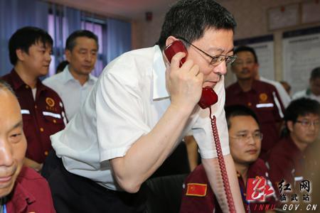 8月5日,杜家毫(持电话者)在临武县泡金山铅锌矿数字化信息安全指挥中心祝福井下工人:安全采矿,平安回家。