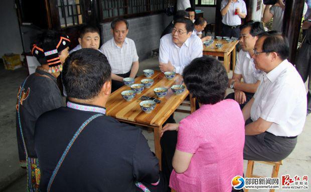 6月10日,在绥宁县黄桑乡上堡村,杜家毫(前桌右四)与村民杨进树亲切地话起了家常。