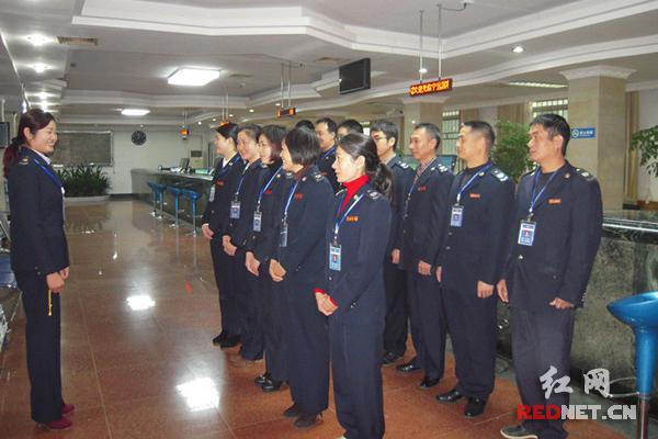 宁远县国税局办税服务厅工作人员在开晨会图片