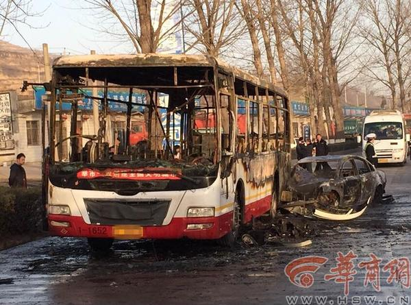 公交车与帕萨特相撞起火 车身被烧成空壳高清图片