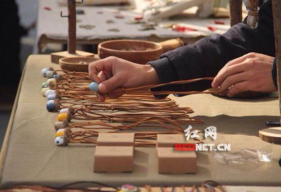 在乐天陶社创意集市,像这样的创意小件很受年轻人追捧。