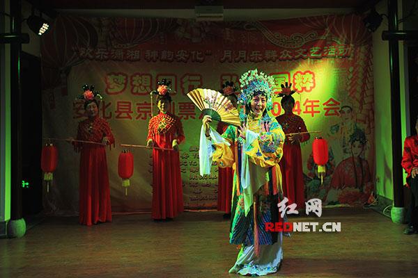 票友蒋小优在演唱传统京剧《贵妃醉酒》