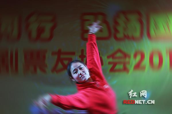 安化县红舞鞋艺术学校的孩子在表演京剧表演舞