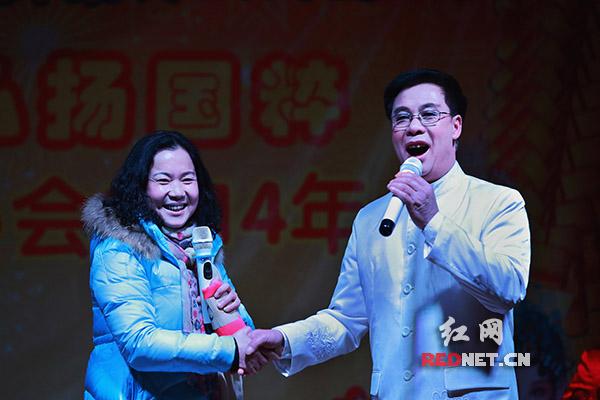 票友刘义中与观众同台表演现代京剧《你对同志亲如一家》