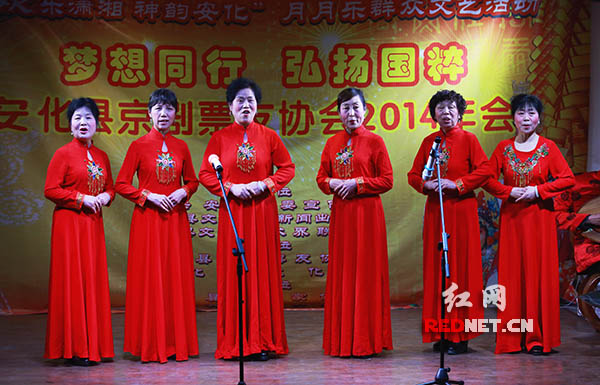 票友李赛花等在表演 自编自演的京歌表演唱《安化黑茶传天下》