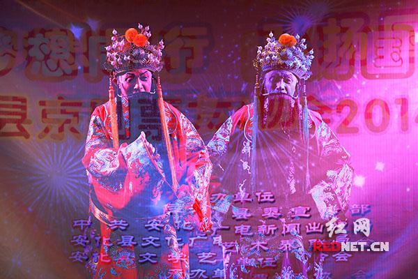 年近8旬的老票友刘福成 在演唱传统京剧《上天台》(多重曝光)
